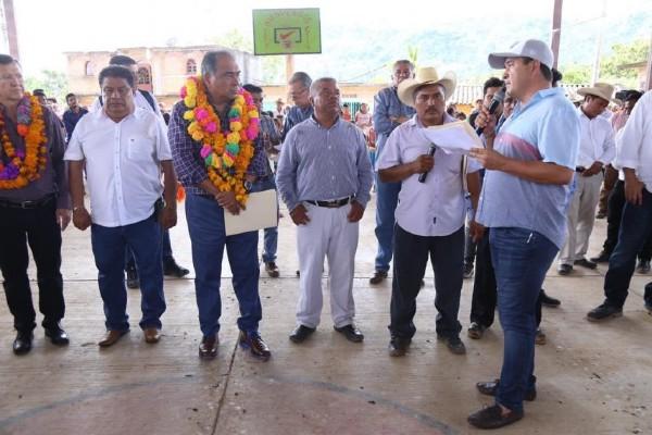 ATENCIÓN. El gobernador Héctor Astudillo escuchó a los habitantes de Chilixtlahuaca. Foto: Especial