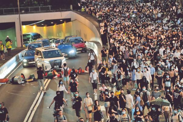 BLOQUEOS. Avenidas y edificios de multinacionales fueron tomados por los manifestantes en el centro financiero. Foto: Reuters