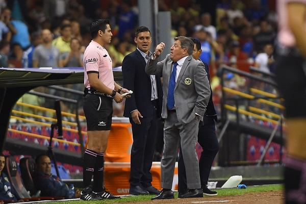 Los representantes de los medios de comunicación le pidieron algunas palabras, y culpó al árbitro por su silencio. Foto: Mexsport