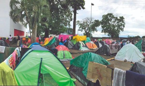 CAMPAMENTO. Desde hace poco más de cinco meses, los migrantes permanecen afuera de la estación migratoria Siglo XXI. Foto: Jeny Pascacio
