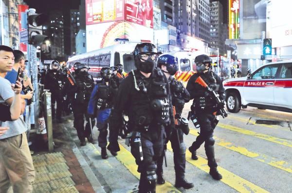 CAOS. Policías antimotines tomaron las calles tras actos de vandalismo en varios distritos de Hong Kong. Foto: REUTERS