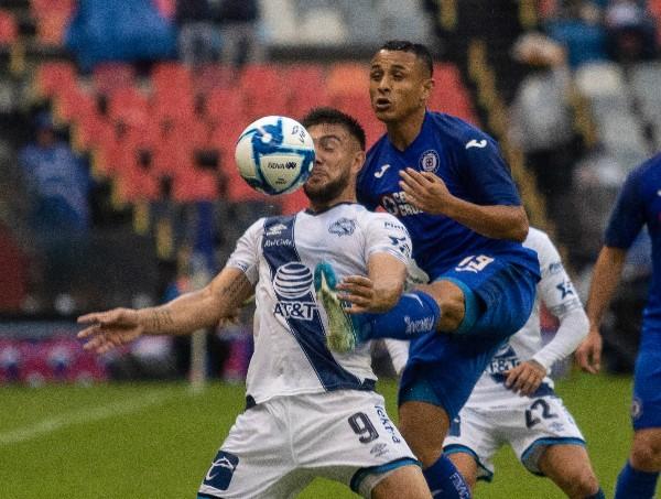 En la imagen, Lucas Cavallini, pelea un balón por aire con Víctor Yoshimar Yotun, defensa cruzazulino. FOTO: ISAAC ESQUIVEL /CUARTOSCURO.COM
