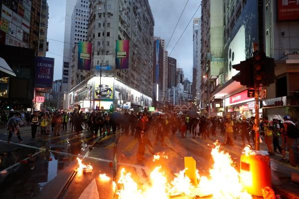 DESTROZOS. Los manifestantes bloquearon las principales avenidas con barricadas. Foto: AP