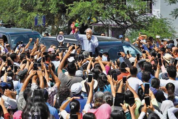 IMPROVISA. El Presidente dio un mensaje a pobladores de Santiago Juxtlahuaca. Foto: Especial