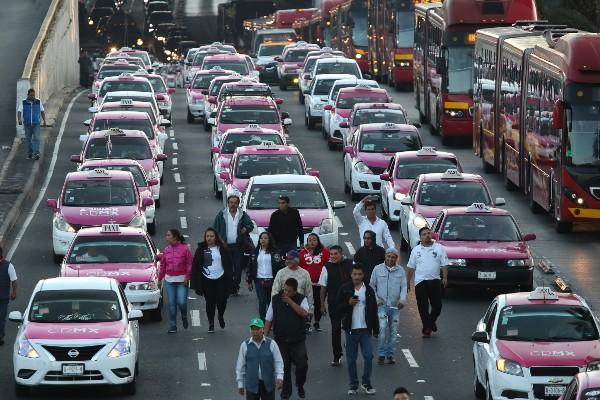 Integrantes del Movimiento Nacional Taxista (MNT) marchan sobre avenida Insurgentes Norte con dirección al Zócalo capitalino, para exigir la regulación de las aplicaciones de transporte particular como UBER y Cabify. FOTO: GALO CAÑAS /CUARTOSCURO.COM