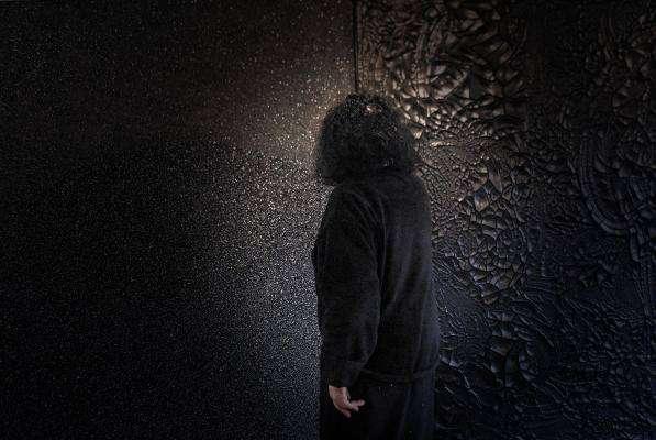 LUZ. Los cuadros de la artista se han llegado a cotizar hasta en 400 mil pesos; es la única pintora que explora el negro en América, en Europa está el francés Pierre Soulages. Foto: Leslie Pérez.