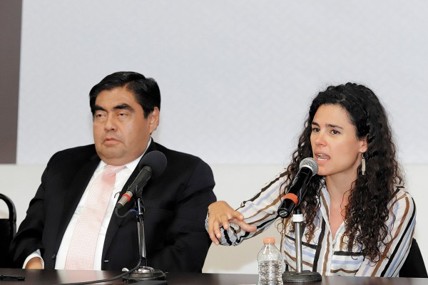 ACTO. Barbosa encabezó la firma, acompañado por la secretaria del Trabajo, Luisa María Alcalde. Foto: ENFOQUE