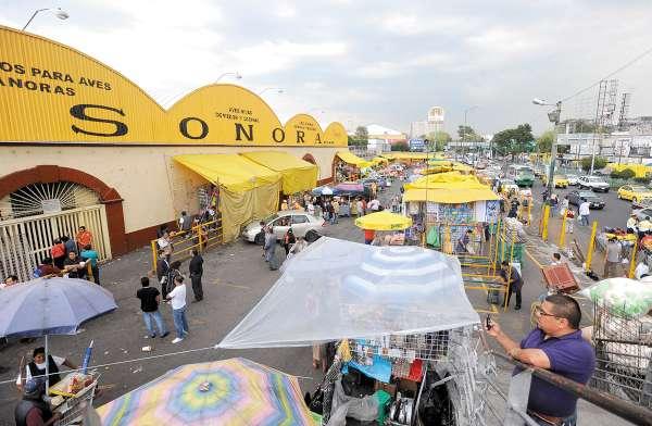 DESDOBLE. En el espacio destinado a vehículos se extienden cerca de 200 puestos semifijos. Foto: CUARTOSCURO.