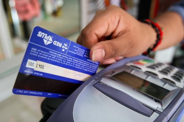 Atención cuando utilizas tu tarjeta bancaria. Foto: Cuartoscuro