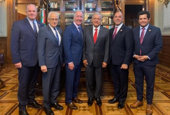 El presidente junto a los legisladores de Estados Unidos. Foto: Presidencia