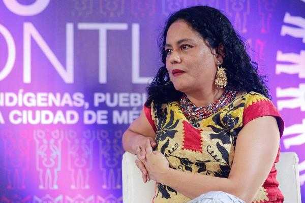 La poeta Natalia Toledo Paz durante la presentación del libro Deche bitoope / El dorso del cangrejo, en el marco de la III Fiesta de las Culturas Indígenas, Pueblos y Barrios Originarios de la Ciudad de México. FOTO: TANIA VICTORIA / SC /CUARTOSCURO.COM