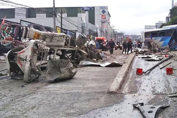 CHUZA. La revolvedora se quedó, al parecer, sin frenos y afectó a 11 vehículos. Foto: Especial