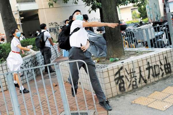 DESAFÍO. Jóvenes retan la prohibición de cubrirse el rostro en Hong Kong. Foto: REUTERS.