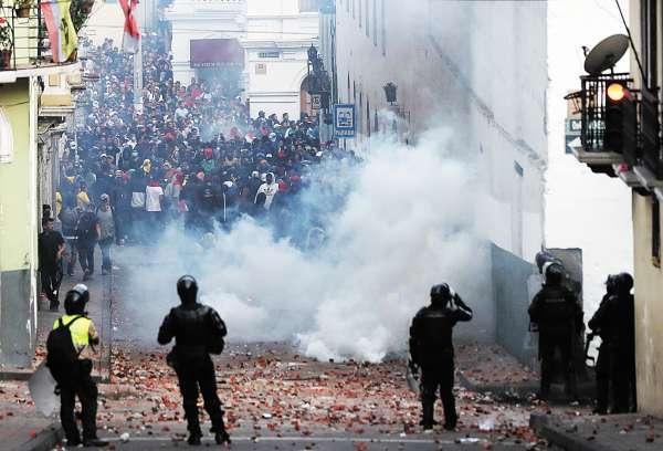 DESASTRE. Los militares lanzaron gas lacrimógeno para dispersar a la multitud. Foto: Especial.
