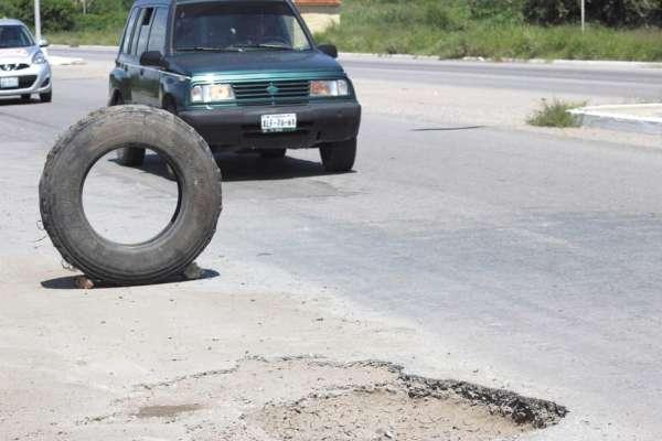 """ALERTA. Las llantas son un """"señalamiento"""" para que los conductores tengan cuidado. Foto: Carlos Juárez."""