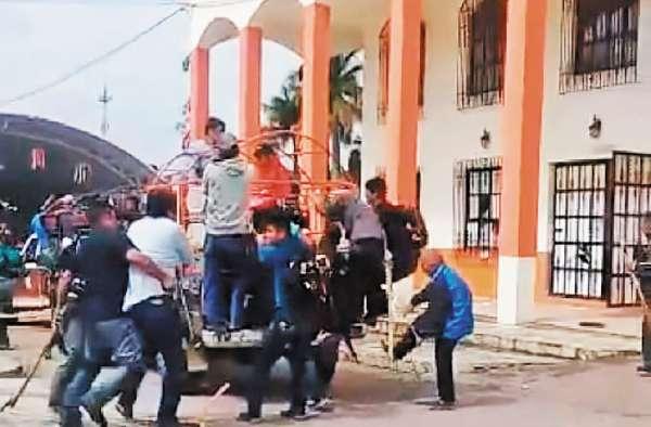 VIOLENCIA. Los manifestantes sacaron a empujones al presidente municipal. Foto: Especial.
