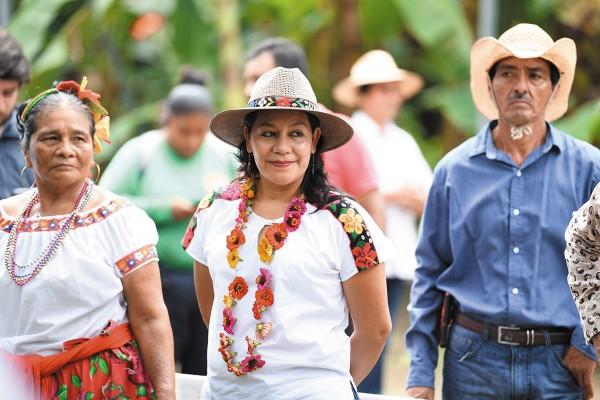 IN SITU. María Luisa Albores acudió con agricultores de Tabasco, donde vio avances del programa para trabajadores del campo. Foto: Leslie Pérez