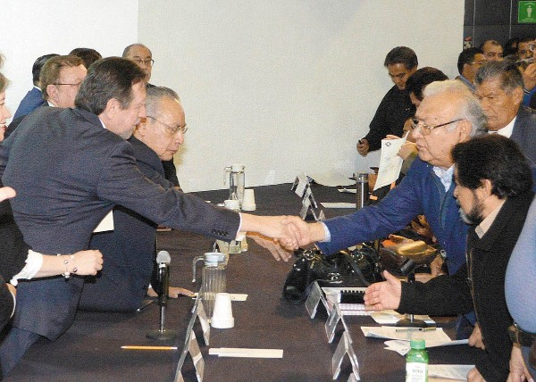 PACTO. Se comprometieron a cooperar por el bien de la casa de estudios. Foto: Especial