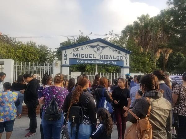 Padres protestan a las afueras de la escuela primaria Miguel Hidalgo. Foto: Especial