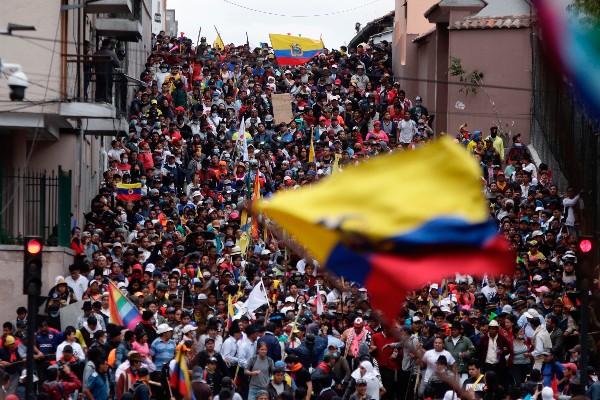 Manifestantes antigubernamentales marchan contra el presidente Lenín Moreno y sus políticas económicas durante una huelga nacional, en Quito, Ecuador. FOTO: AP/Carlos Noreiga