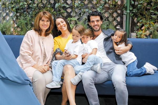 APOYO DOBLE. Rocío Fernández, Carmina del Valle, Teo Albarrán con Fernando, Pablo y Natalia Landeros. Foto: Agencia JDS