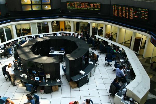 Aspecto de la Bolsa Mexicana de Valores al interior. Foto: Cuartoscuro