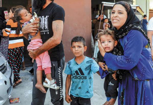 INCURSIÓN. Miles de civiles sirios están huyendo por los bombardeos turcos. Foto: AP.