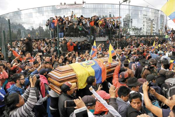 DESPEDIDA. Ecuatorianos realizaron ayer un acto fúnebre a un nativo que murió en las protestas. Foto: AP