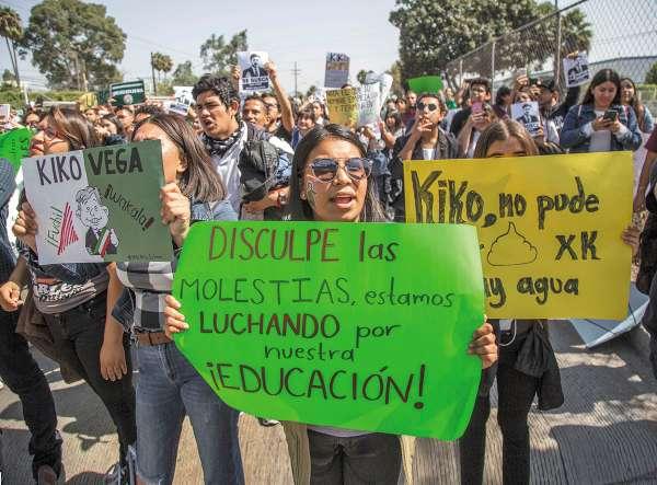 Miembros de la UABC exigieron al gobernador que cubra su adeudo. Foto: CUARTOSCURO.