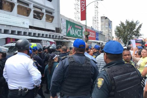Vendedores arremeten contra integrantes de la Policía Federal sobre Ribera de San Cosme: VIDEO