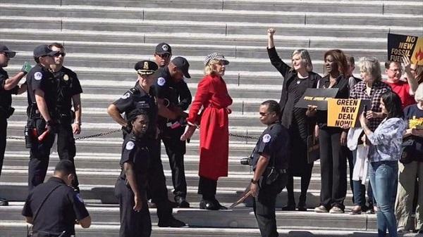 """Fonda fue una de las 16 personas arrestadas por """"manifestarse ilegalmente en el frente este del Capitolio de Estados Unidos"""". Foto: Especial"""