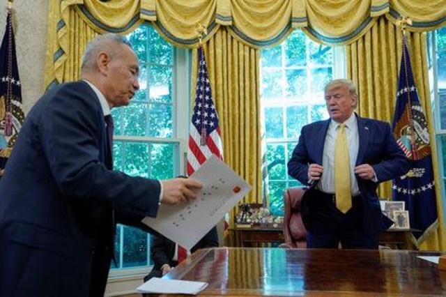 DIÁLOGO.Trump se reunió ayer con el viceprimer ministro chino Liu en la Casa Blanca, en Washington. Foto: REUTERS
