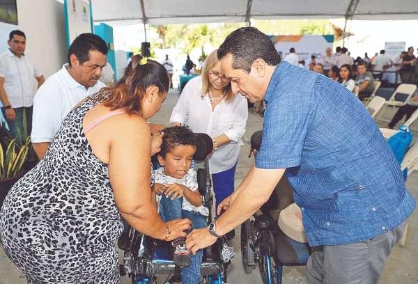 APOYO. Carlos Joaquín entregó una silla de ruedas. Foto: Especial.