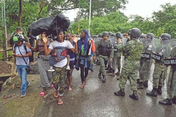 FATALIDAD. Un migrante originario de Camerún murió el viernes en Tonalá, al tratar de alcanzar la frontera norte por mar. Foto: CUARTOSCURO