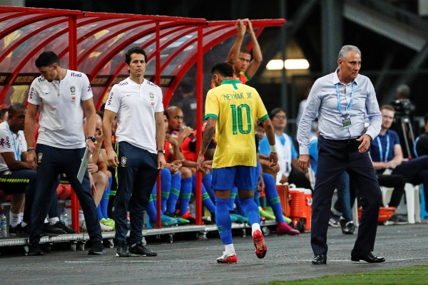 El jugador brasileño se retiró del campo. Foto: EFE