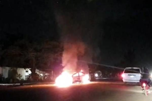 Los vecinos le prendieron fuego al vehículo. Foto: Especial