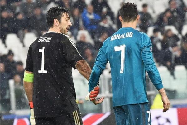 Gianluigi Buffon habló con Cristiano instantes después del gol. EFE