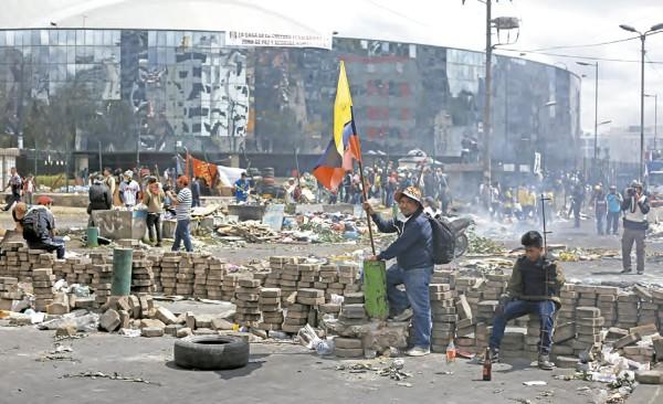 VIOLENCIA. Quito amaneció devastada por las protestas del sábado pasado. Foto:  REUTERS