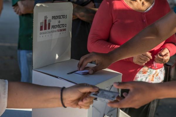 FOTO: OMAR MARTÍNEZ /CUARTOSCURO.COM  Ciudadanos emiten su voto en la Consulta Ciudadana para que se defina si el próximo gobierno de Baja California debe ser promovido por 2 o 5 años.