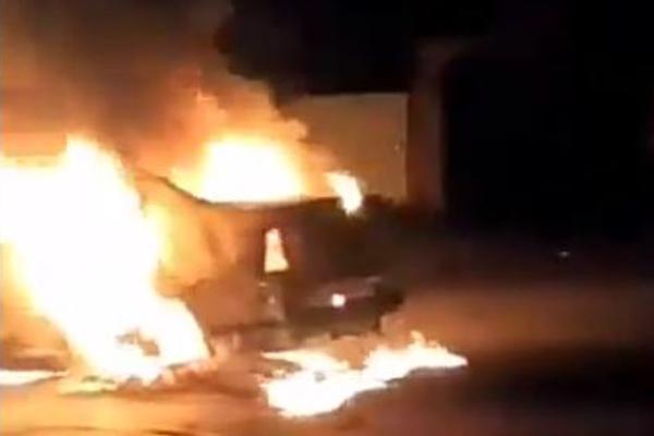 El carro del conductor fue encendido en llamas por los pobladores. Especial