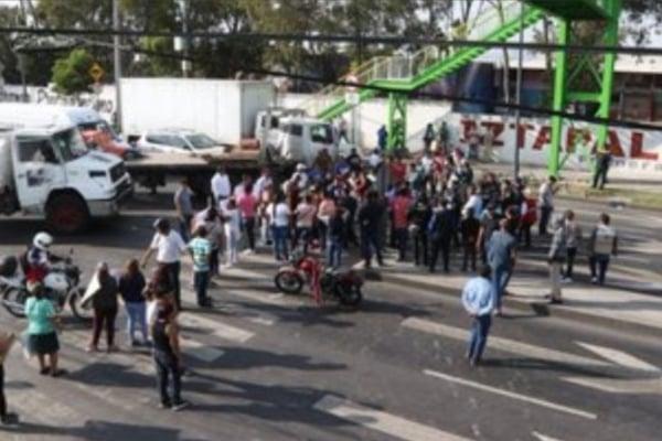 Padres de familia protestaron en la alcaldía de Iztapalapa.  Foto: Captura video