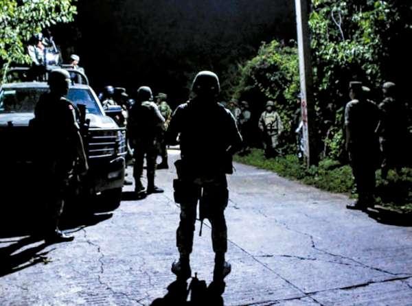 CRIMEN. En la comunidad de Tepochica, en Iguala, militares resguardan la escena donde se registró el enfrentamiento con civiles armados. Foto: Especial.