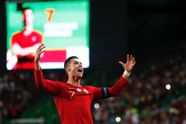 Cristiano Ronaldo celebró su gol 700 con Portugal. AP