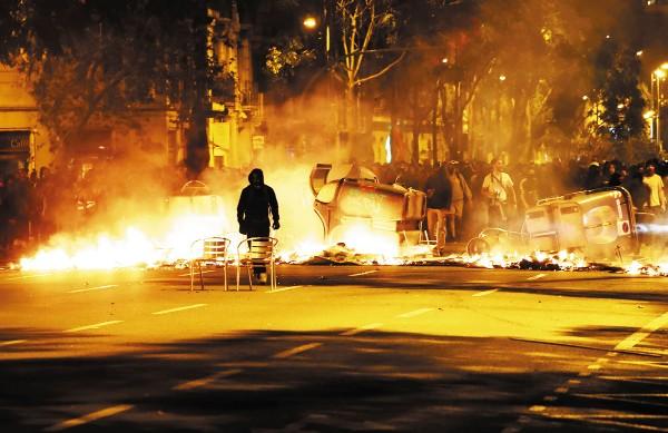 FURIA. Los manifestantes bloquearon autopistas, quemaron mobiliario urbano y automóviles. Foto: REUTERS