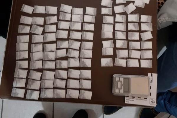 Se decomisaron 105 dosis de polvo blanco contenidas en bolsas plásticas. Foto: Especial