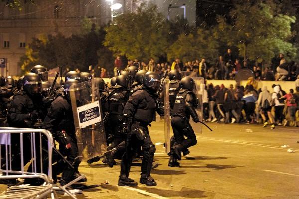 PRESIÓN. Cientos de personas volvieron a tomar las calles por cuarta noche en Cataluña. Foto: EFE
