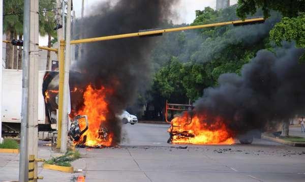 ALTO. Cruces de calles y avenidas fueron bloqueados por civiles con autos incendiados, para limitar la movilidad. Foto: AFP
