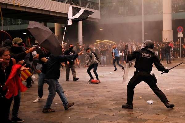 CHOQUES. La Policía Nacional se enfrentó a radicales que lanzaron piedras y botellas y levantaron barricadas. Foto: AP