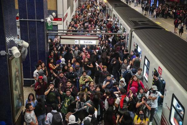 Decenas de personas se manifiestan en la estación del metro Los Héroes este viernes, en Santiago (Chile). Foto: EFE