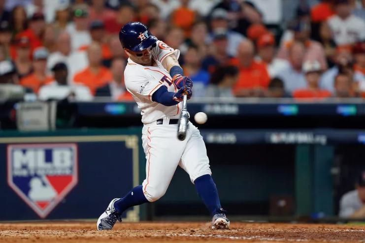 JOYA. José Altuve logró un HR en la novena entrada para darle el triunfo a Astros. Foto:  REUTERS